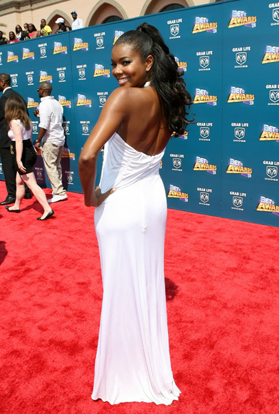 Gabrielle Union's Red Carpet Hair and Dress at BET Awards 2008 Gabrielle Union arrives wearing a white sleek floor-length dress and a ponytail to the BET Awards 2008 in the […]