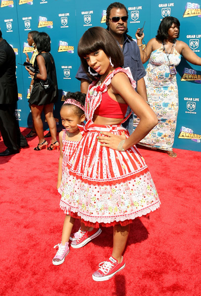 Lil Mama's Red Carpet Hair and Dress at BET Awards 2008 Lil Mama arrives with her kid sister, both wearing matching shoes and a very playful candy striped dress to […]