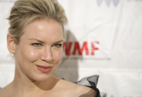 How to Smile Like Renee Zellweger: Red Carpet Smiles Renee Zellweger puckers (pouts, purses her lips) for the camera on the red carpet of the International Women's Media Foundation's Courage […]
