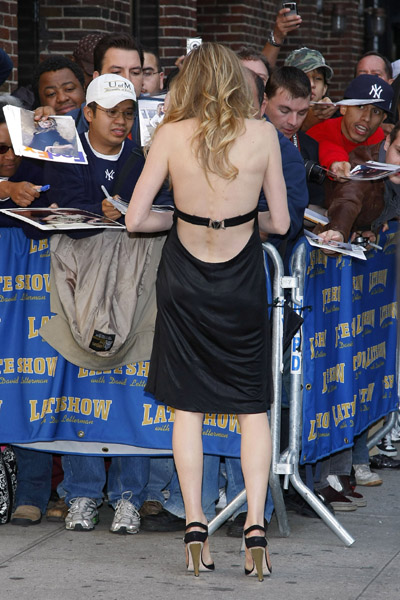 Actress Sarah Chalke visits the Late Show with David Letterman at the Ed Sullivan Theater in New York City on October 8, 2008 Sarah Chalke signs autographs as her dress […]