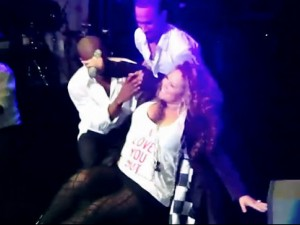 Mariah Carey Falls on Stage